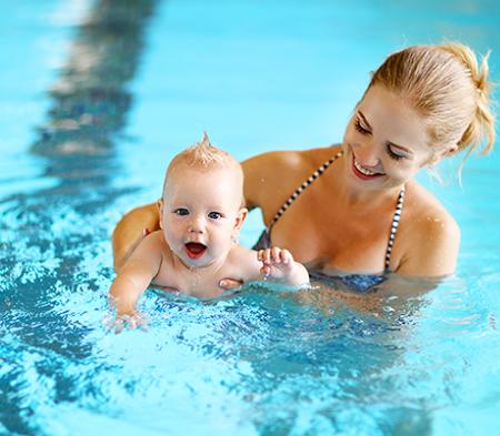 Mách nàng 5 cách bảo vệ da khi bơi hiệu quả cho cả 2 mẹ con