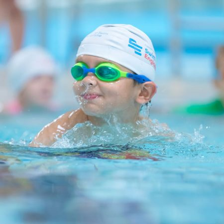 Những kinh nghiệm khi bơi để da bé không bị cháy nắng, đen sạm