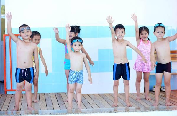 Đi bơi trong ngày hè cũng tiềm ẩn nhiều nguy cơ sức khỏe nếu không được chuẩn bị kĩ lưỡng.