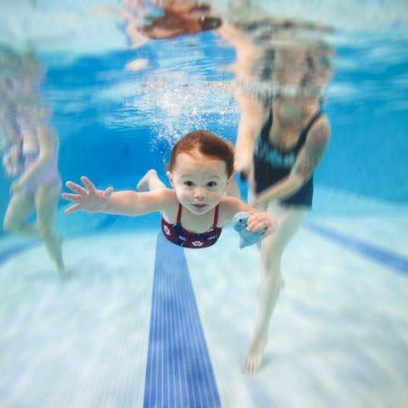 Để giúp con học bơi thành công