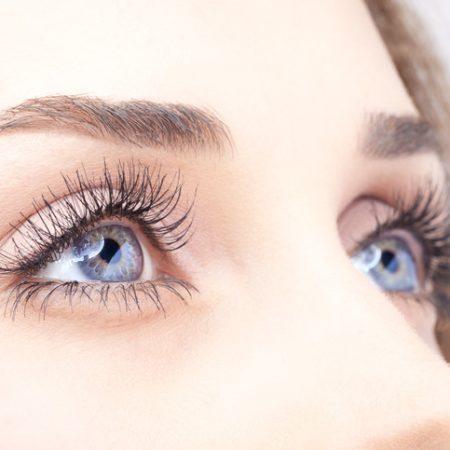 Đeo kính áp tròng khi bơi, người phụ nữ suýt bị mù 1 mắt